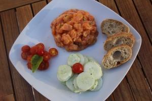 Assiette fraicheur : tartare de saumon & salade de concombre